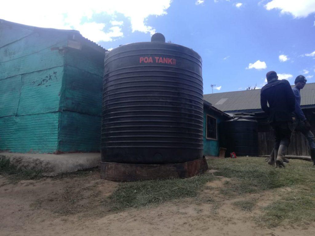 De watertank geplaatst bij de meisjes slaapzaal