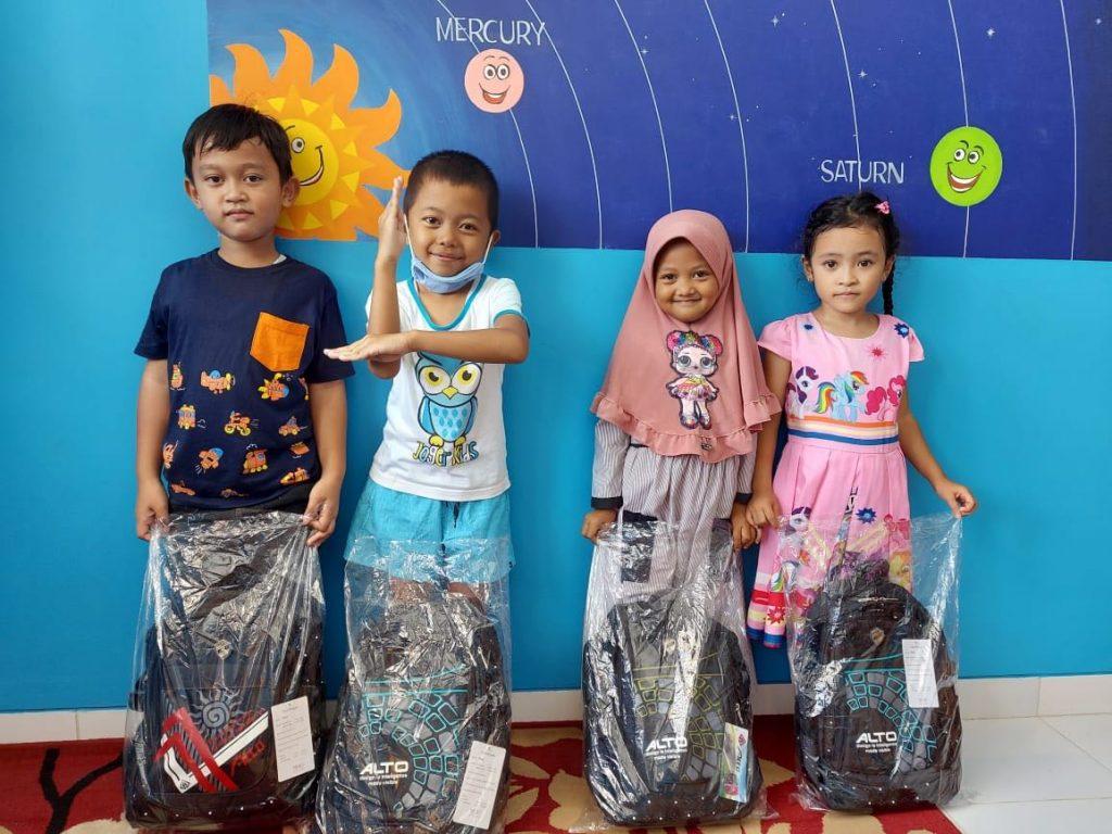 schooltassen in plastic zakken