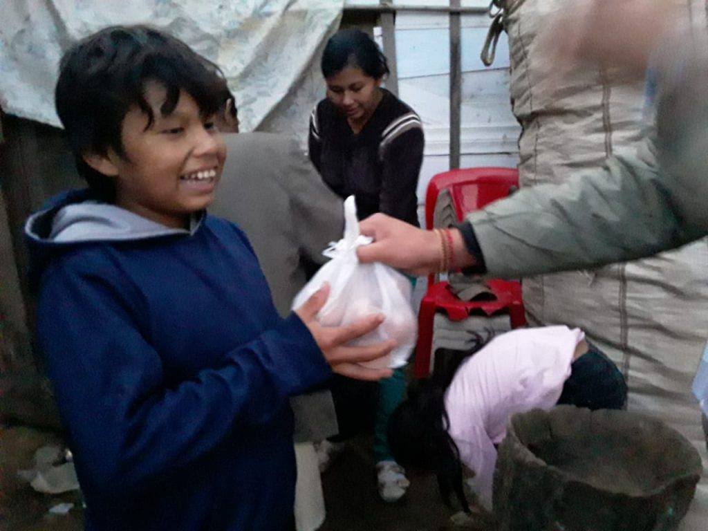 Mauricio krijgt een voedselpakket
