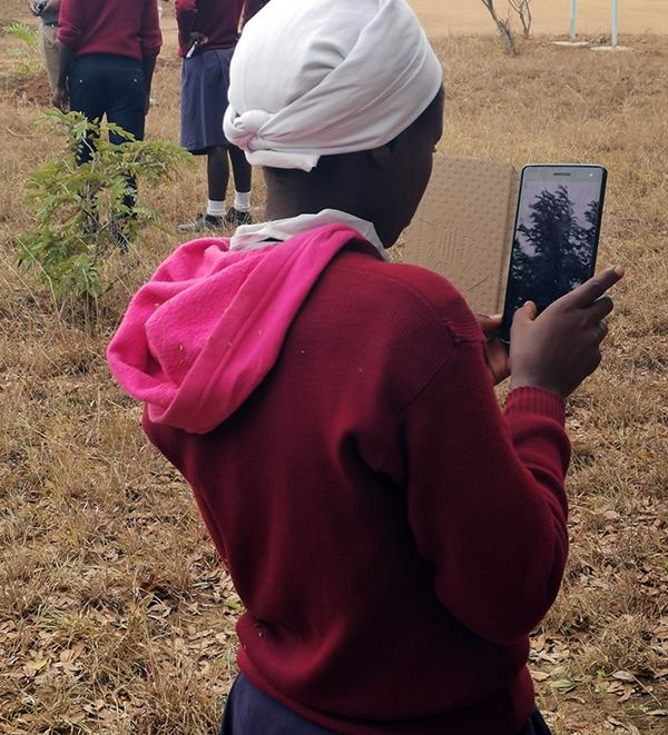 Leerling met tablet tijdens themadag