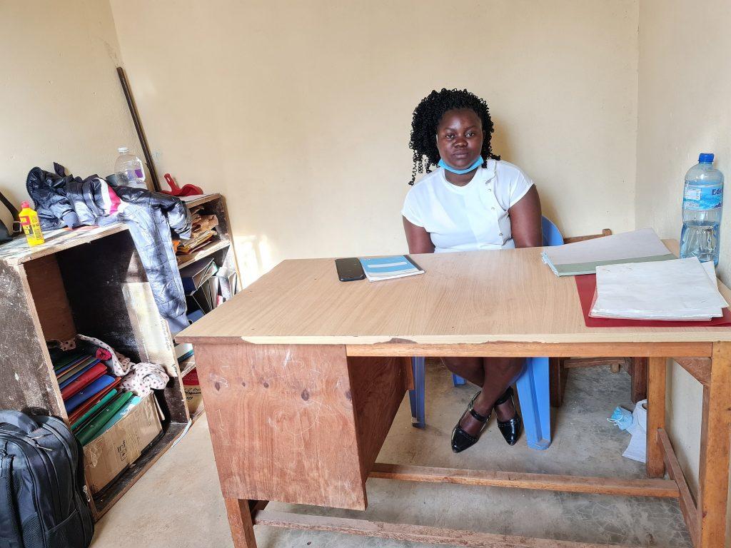 Imelda, de hoofdonderwijzeres, in haar nieuwe kantoor