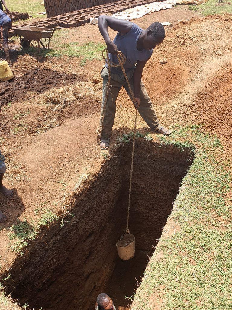het graven van de pitlatrine